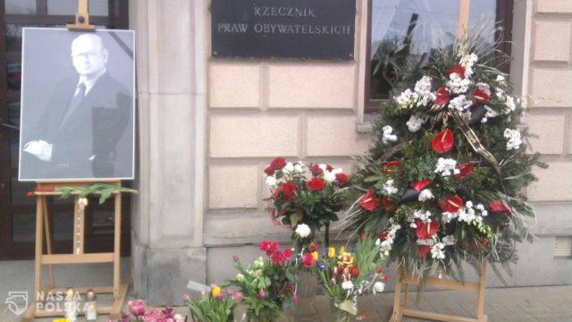 https://naszapolska.pl/wp-content/uploads/2020/04/Janusz_Kochanowski_-_Warsaw_after_polish_presidential_plane_crash-640x360.jpg