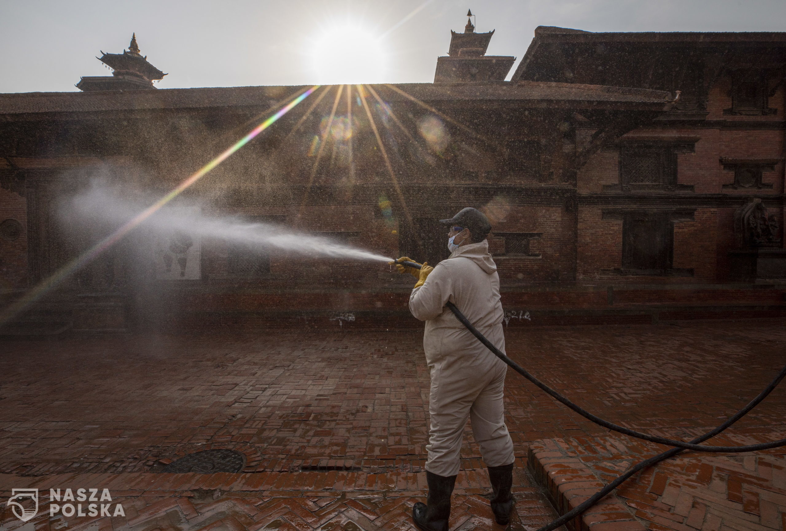 epaselect epa08349745 A Lalitpur metropolitan city worker disinfects Patan Durbar Square, a UNESCO world heritage site, during a nationwide emergency lock down, in Lalitpur, Nepal, 08 April 2020. Nepal is under a nationwide lockdown in an effort to combat the spread of the coronavirus and COVID-19 disease pandemic  EPA/NARENDRA SHRESTHA  Dostawca: PAP/EPA.