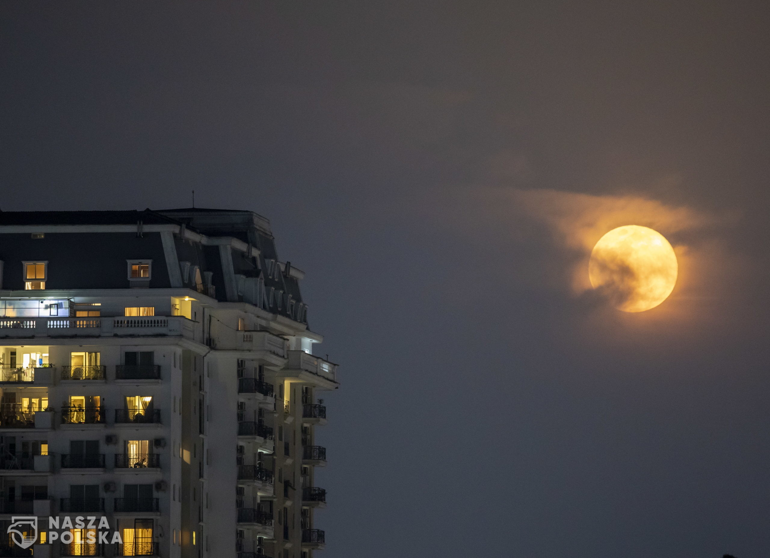 epa08350856 The full moon is seen glowing pink as its rise over Kathmandu city, Nepal 08 April 2020. The pink super moon will be the largest and brightest of 2020.  EPA/NARENDRA SHRESTHA  Dostawca: PAP/EPA.