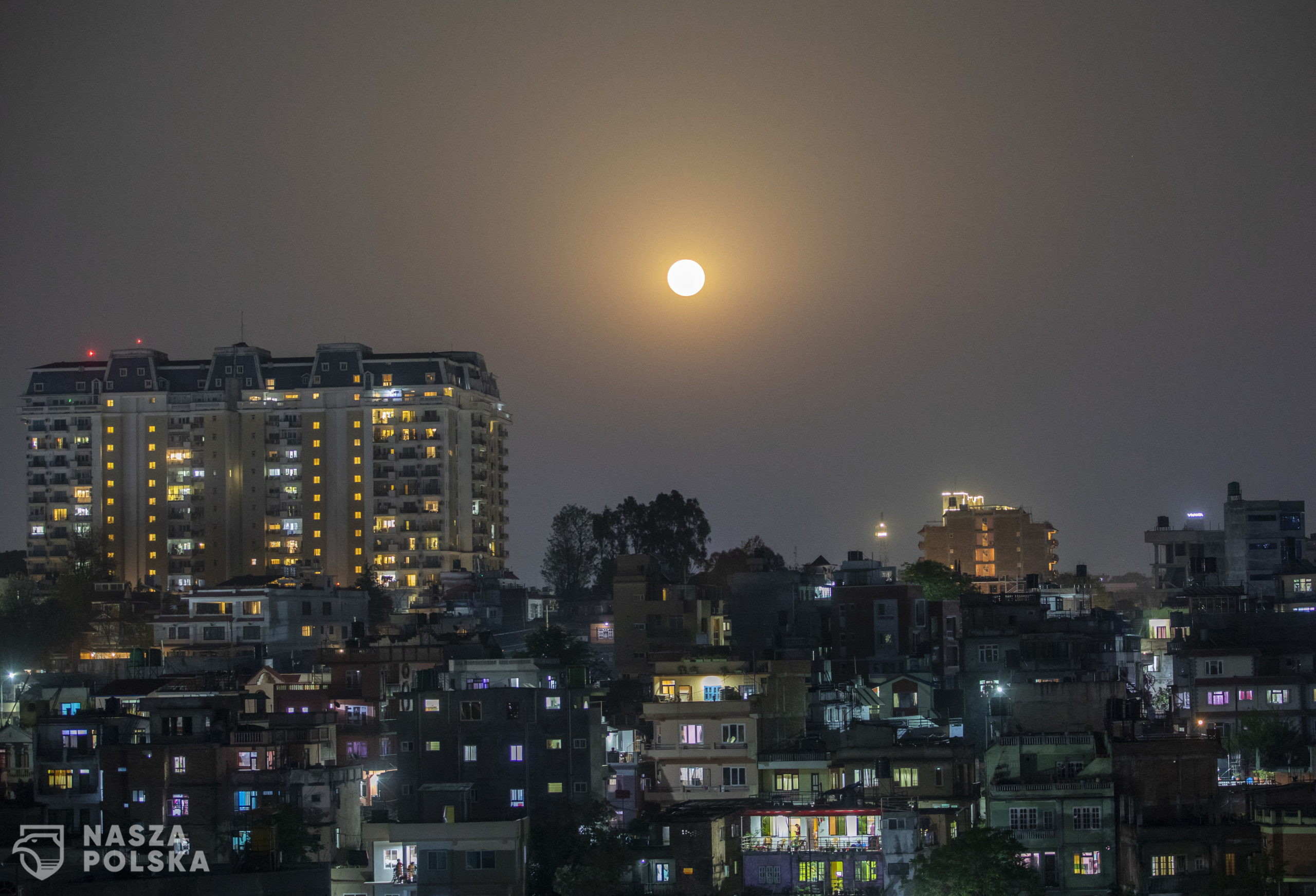 epa08350858 The full moon is seen glowing pink as its rise over Kathmandu city, Nepal 08 April 2020. The pink super moon will be the largest and brightest of 2020.  EPA/NARENDRA SHRESTHA  Dostawca: PAP/EPA.