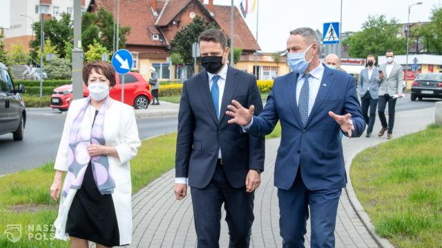 Trzaskowski stwierdził w Solcu Kujawskim, że można rządzić Warszawą z samochodu. Zobacz komentarze polityków
