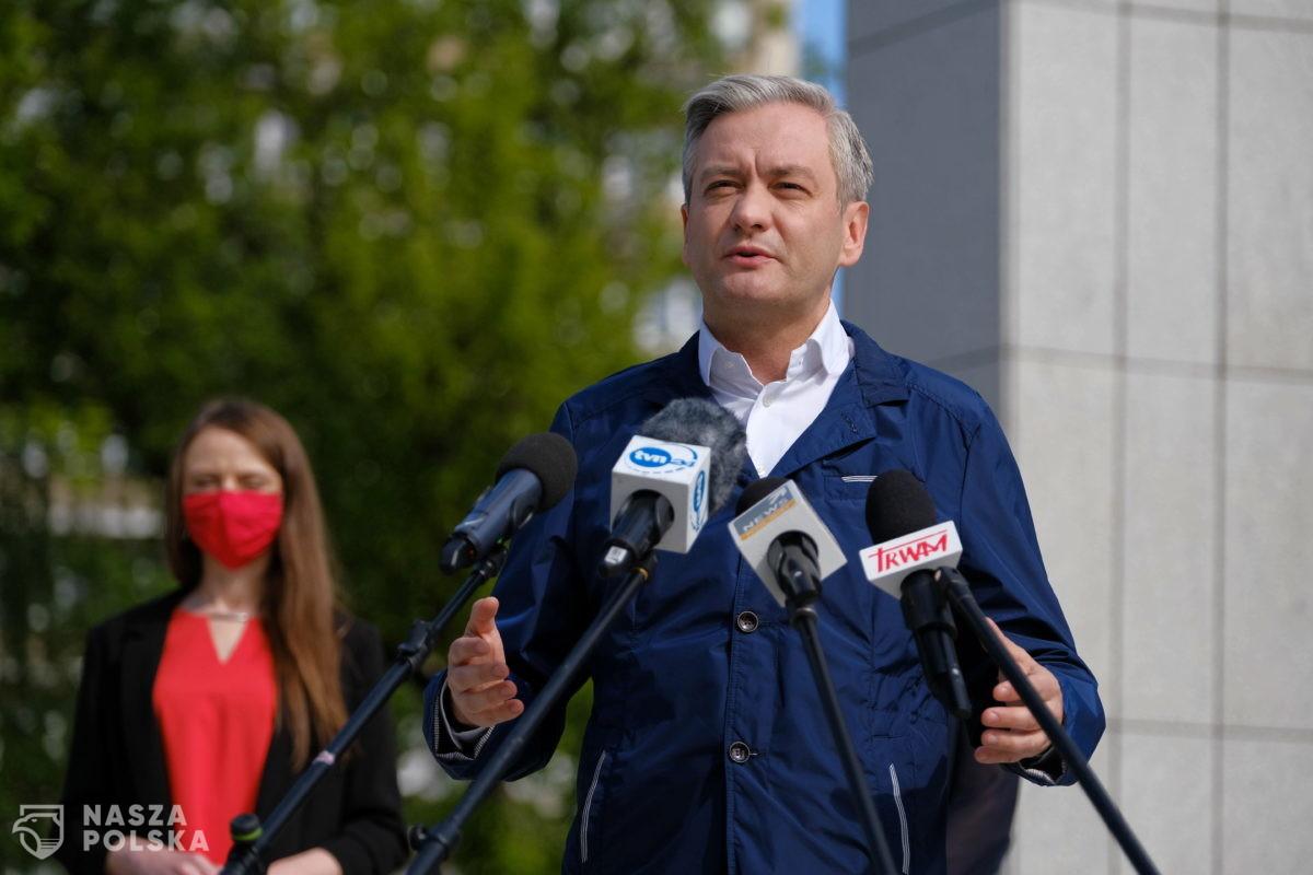 Biedroń apeluje do premiera: trzeba znieść zakaz zgromadzeń