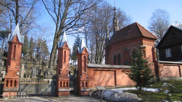 Kwiaty przy mauzoleum Marszałka Piłsudskiego w rocznicę Konstytucji 3 maja na wileńskim Cmentarzu Rossa