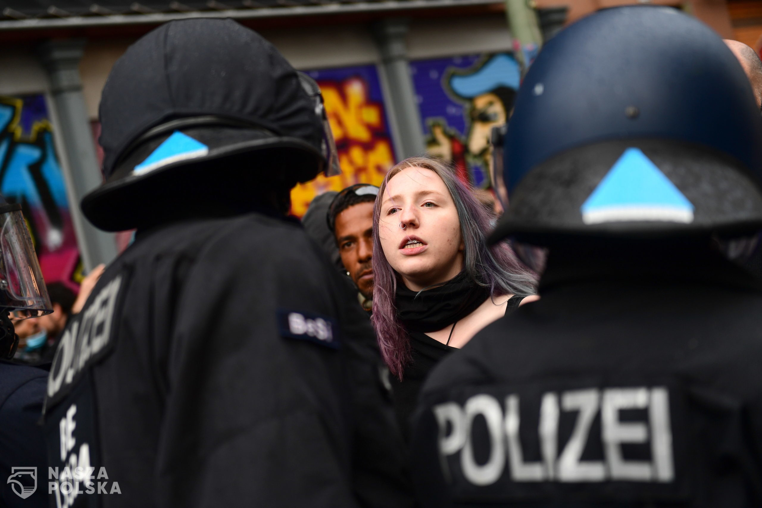 epa08396698 Police argue with a woman during a protest on May Day in the district Kreuzberg in Berlin, Germany, 01 May 2020. Labour Day, or May Day, is observed all over the world on the first day of May to celebrate the economic and social achievements of workers and fight for labourers rights. This year, May Day takes place under the influence of the pandemic crisis of the SARS-CoV-2 coronavirus which causes the Covid-19 disease.  EPA/FILIP SINGER  Dostawca: PAP/EPA.