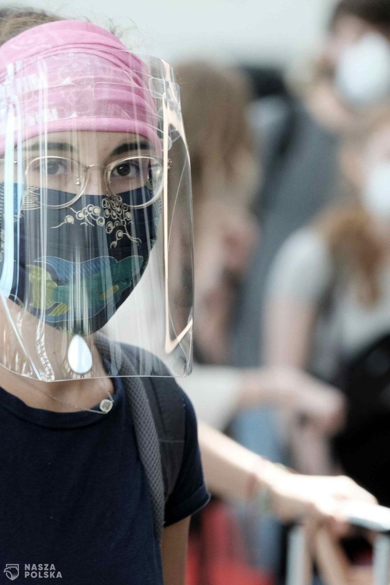 Według japońskich naukowców przyłbice nie zatrzymują koronawirusa