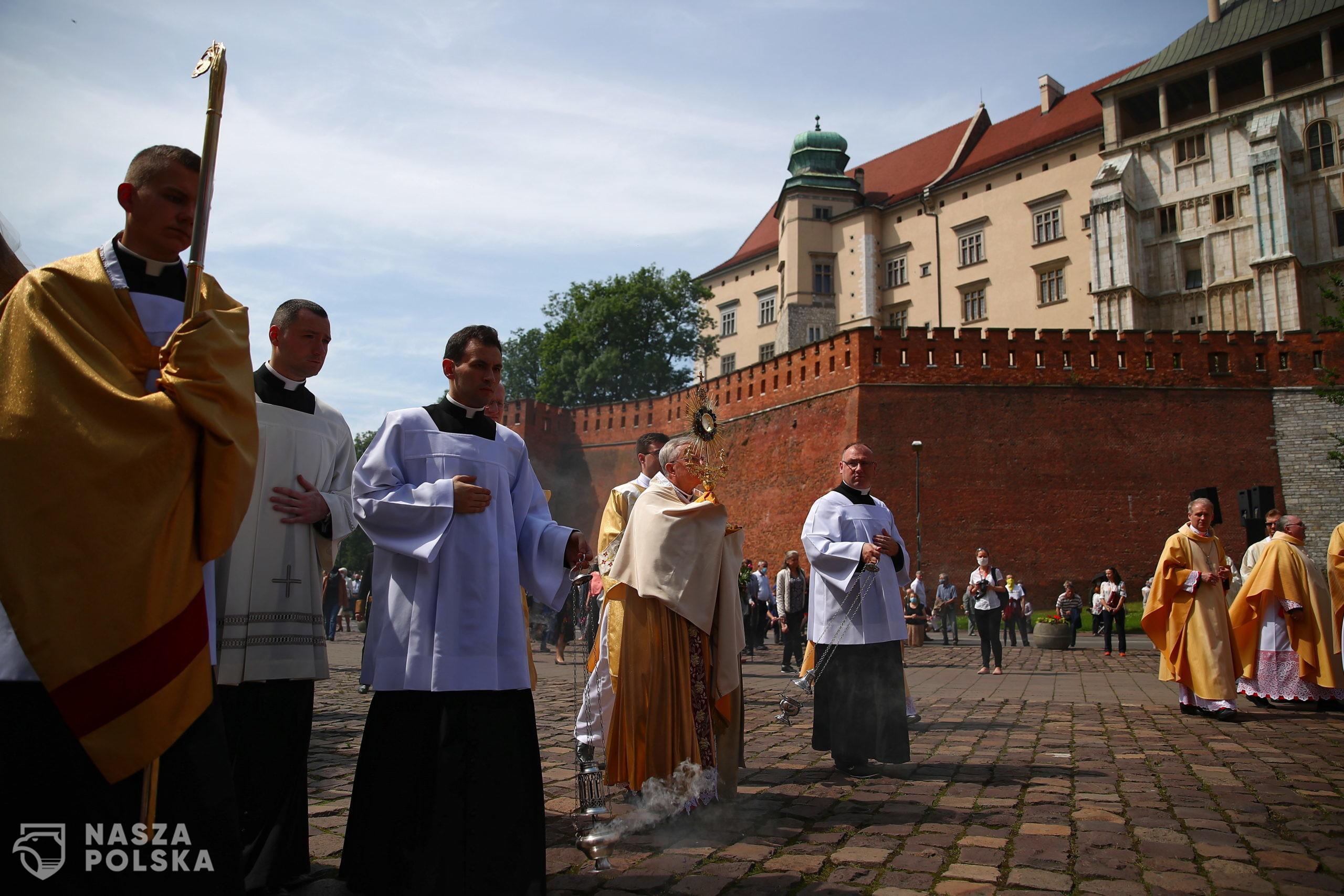 Kraków, 11.06.2020. Arcybiskup Marek Jêdraszewski (C) podczas procesji w uroczystoœæ Bo¿ego Cia³a w Krakowie, 11 bm. Procesja rozpoczê³a siê msz¹ œwiêt¹ sprawowan¹ na dziedziñcu przed katedr¹ wawelsk¹, po czym Drog¹ królewsk¹ przesz³a na Rynek G³ówny. (kf) PAP/£ukasz G¹gulski