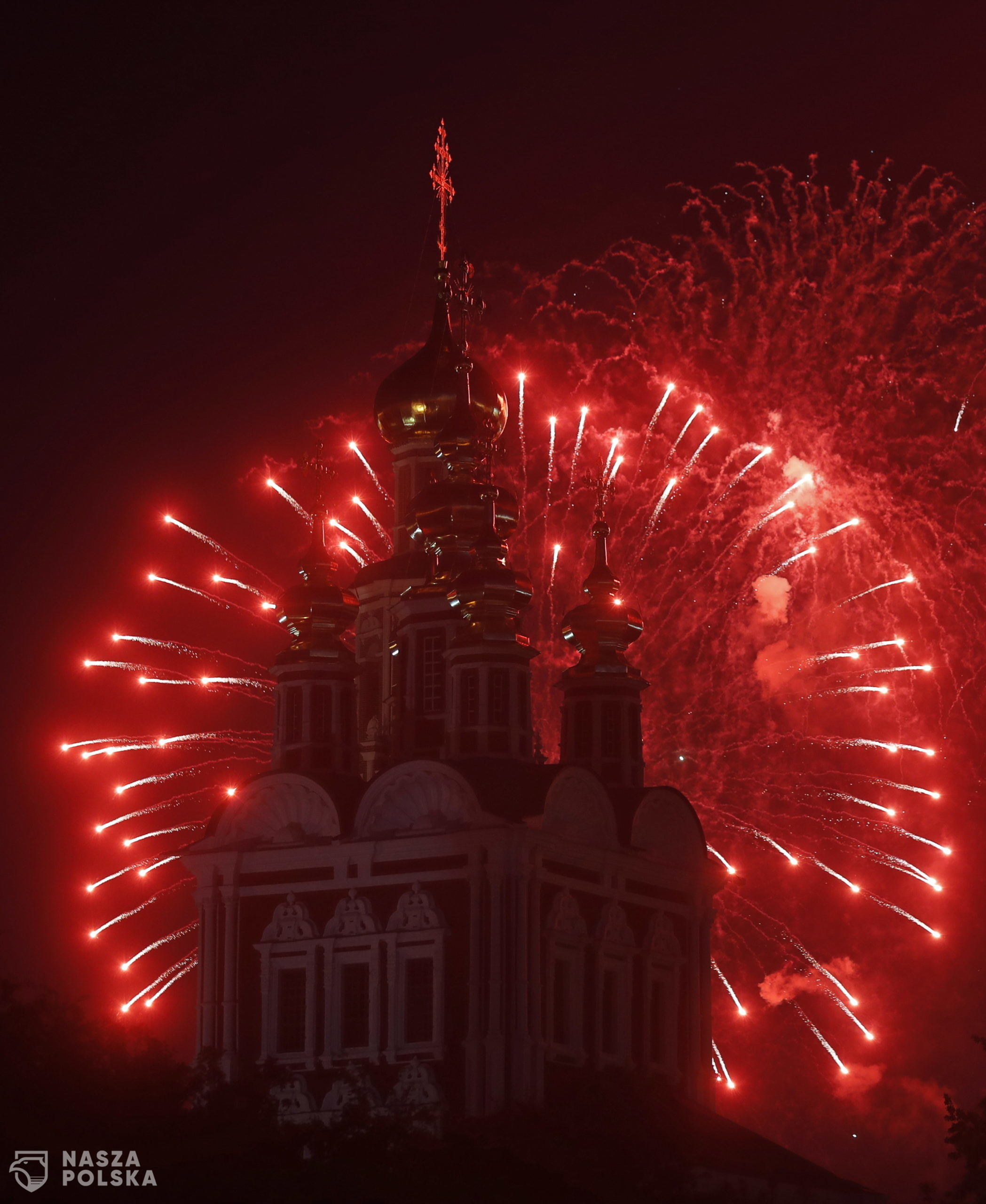 epa08507433 Fireworks over Novodevichiy monastery marking 75th anniversary of the victory in the World War II in Moscow, Russia, 24 June 2020. The main celebration  was postponed from 09 May to 24 June due to coronavirus epidemic in Moscow.  EPA/SERGEI CHIRIKOV  Dostawca: PAP/EPA.