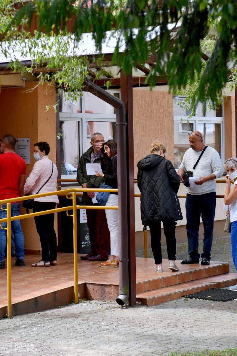 Turyści głosują nad morzem; komisje zwróciły się o dodatkowe karty do głosowania