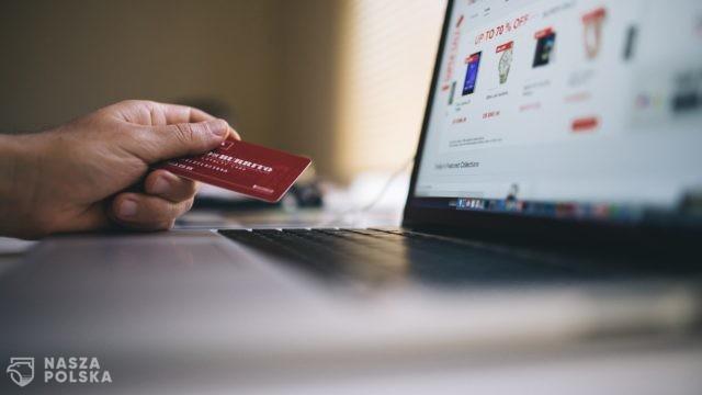 Polacy robią coraz więcej zakupów przez Internet
