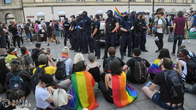 Wszyscy zatrzymani aktywiści LGBT opuścili komendy, 48 osób z zarzutami czynnego udziału w zbiegowisku