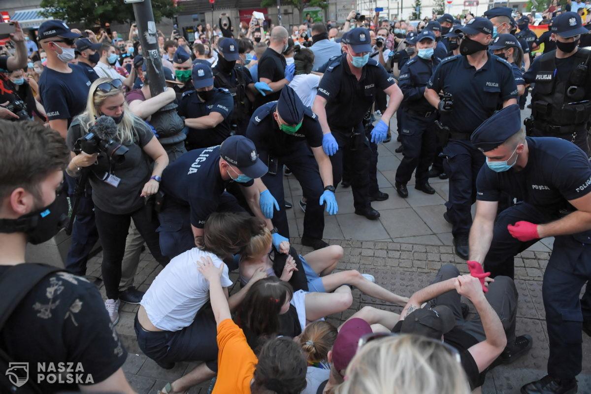 Policja pokazała materiały z protestu LGBT. Agresja, wulgaryzmy, niszczenie mienia