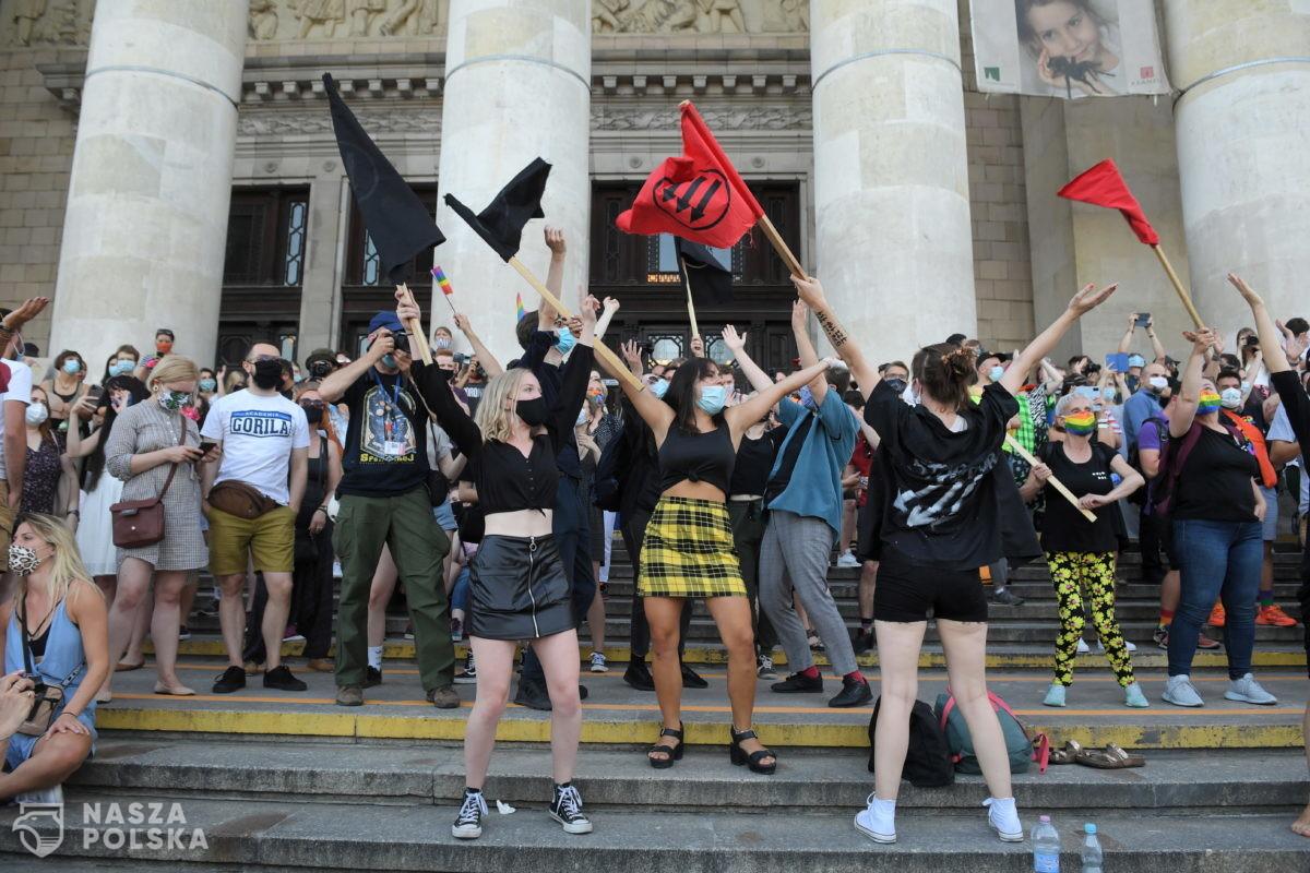 [DUŻO ZDJĘĆ] Na placu Defilad trwa manifestacja poparcia dla społeczności LGBT