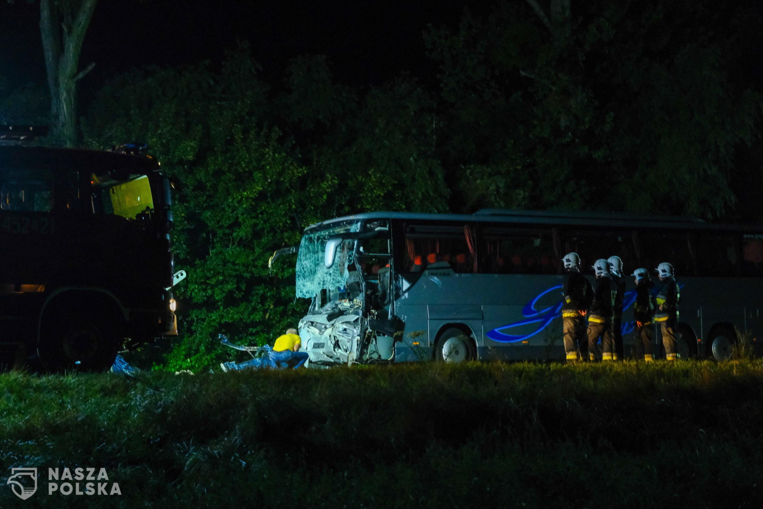 Kleszczów, 23.08.2020. S³u¿by na miejscu tragicznego wypadku w miejscowoœci Kleszczów w nocy z 22 na 23 bm. Na drodze krajowej 88 dosz³o do zdarzenia busa i autokaru, w wyniku którego dziewiêæ osób zginê³o, a siedem odnios³o obra¿enia Zginê³y wszystkie osoby jad¹ce busem. Rannych zosta³o siedem osób jad¹cych autokarem, w najpowa¿niejszym stanie jest kierowca.  (kf) PAP/Hanna Bardo