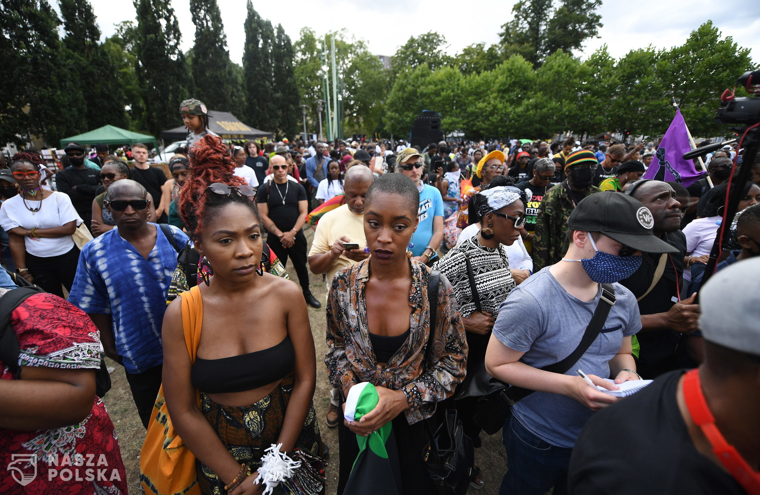 epa08579060 People gather for three minutes of silence at a Black Lives Matter protest in Brixton, London, Britain, 01 August 2020. Thousands of people from across London gathered to mark the annual Emancipation Day.  EPA/ANDY RAIN  Dostawca: PAP/EPA.
