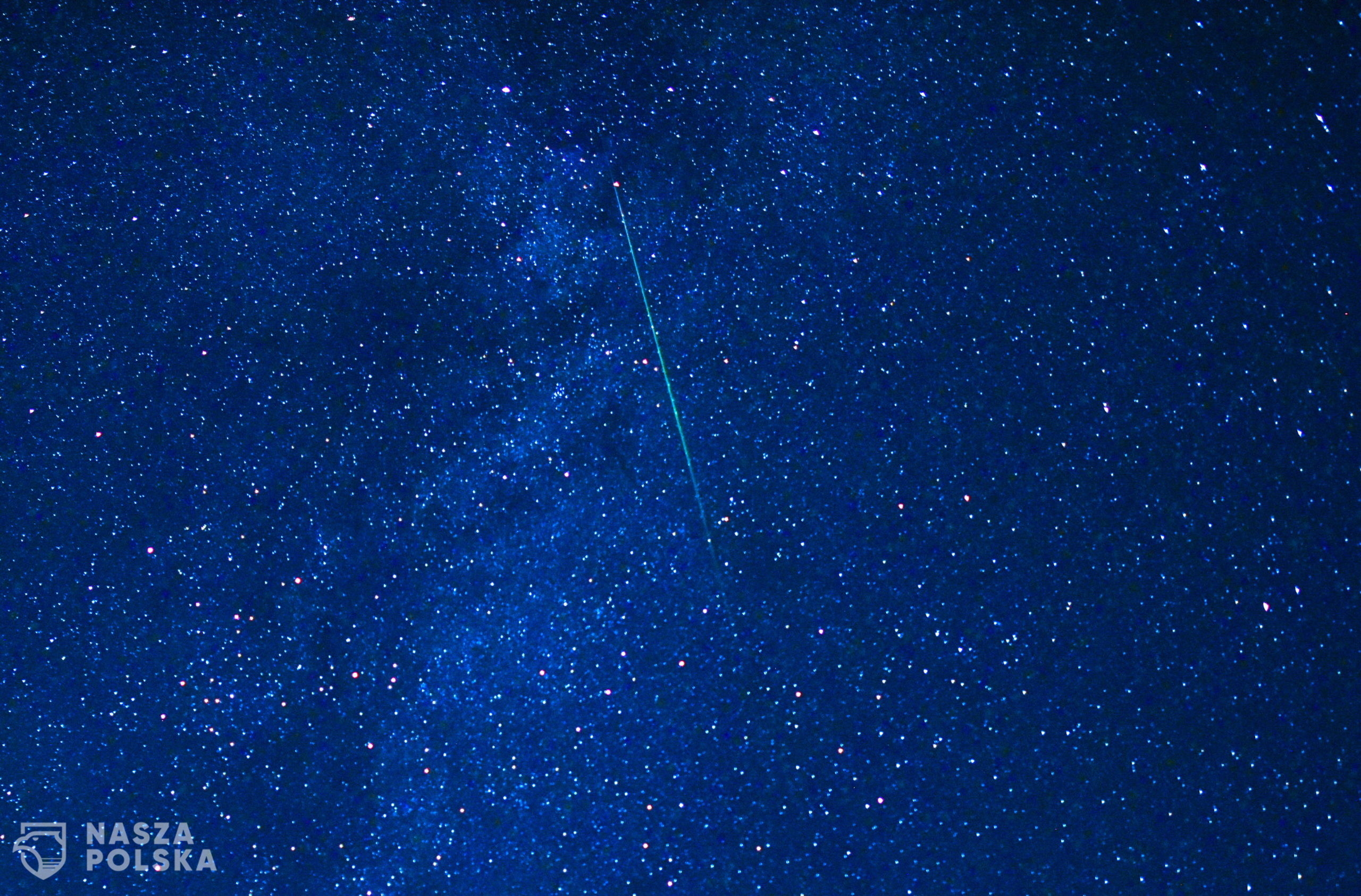 epa08598247 A meteor streaks through the sky during the Perseid meteor shower above the village of Gresnica,some 90 km west from Skopje, Republic of North Macedonia, 11 August 2020. The Perseid meteor shower occurs every year in August when the Earth passes through debris and  some dust of the Swift-Tuttle comet.  EPA/GEORGI LICOVSKI  Dostawca: PAP/EPA.