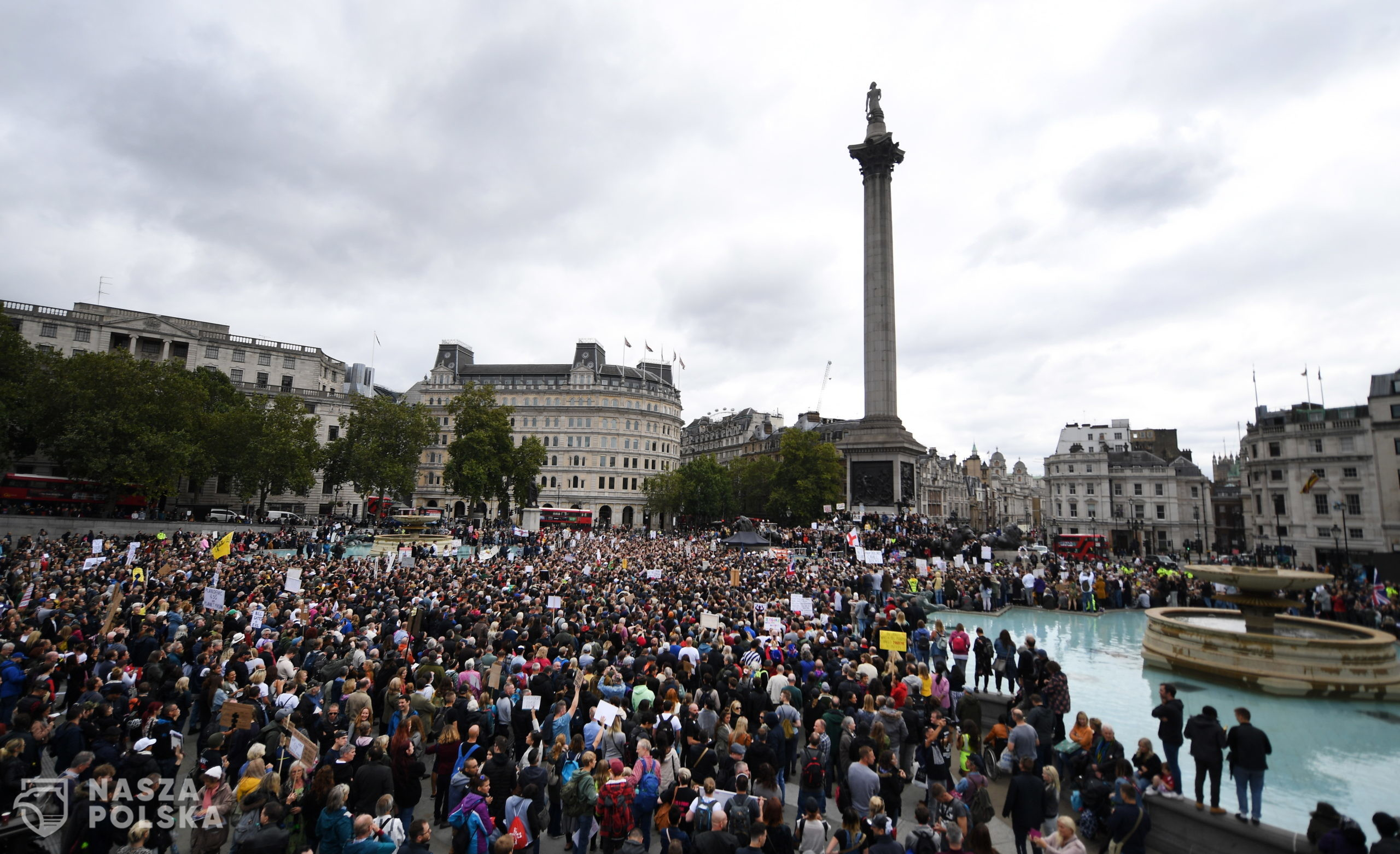 epa08633426 Thousands of people protest at Trafalgar Square against the Coronavirus lockdown in London, Britain, 29 August 2020. Protesters demonstrated against the wearing of masks, government proposed vaccines, and lockdowns. Protesters claim that Covid-19 is a hoax enabling governments to exert control over the masses.  EPA/ANDY RAIN  Dostawca: PAP/EPA.