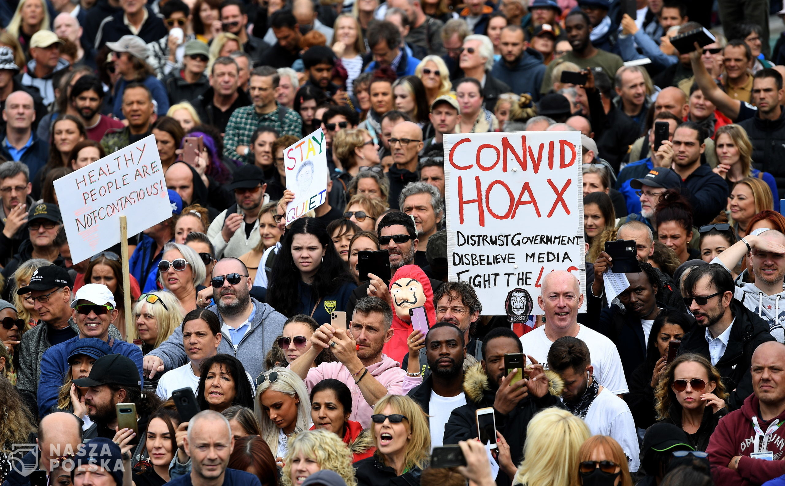 epa08633429 Thousands of people protest at Trafalgar Square against the Coronavirus lockdown in London, Britain, 29 August 2020. Protesters demonstrated against the wearing of masks, government proposed vaccines, and lockdowns. Protesters claim that Covid-19 is a hoax enabling governments to exert control over the masses.  EPA/ANDY RAIN  Dostawca: PAP/EPA.