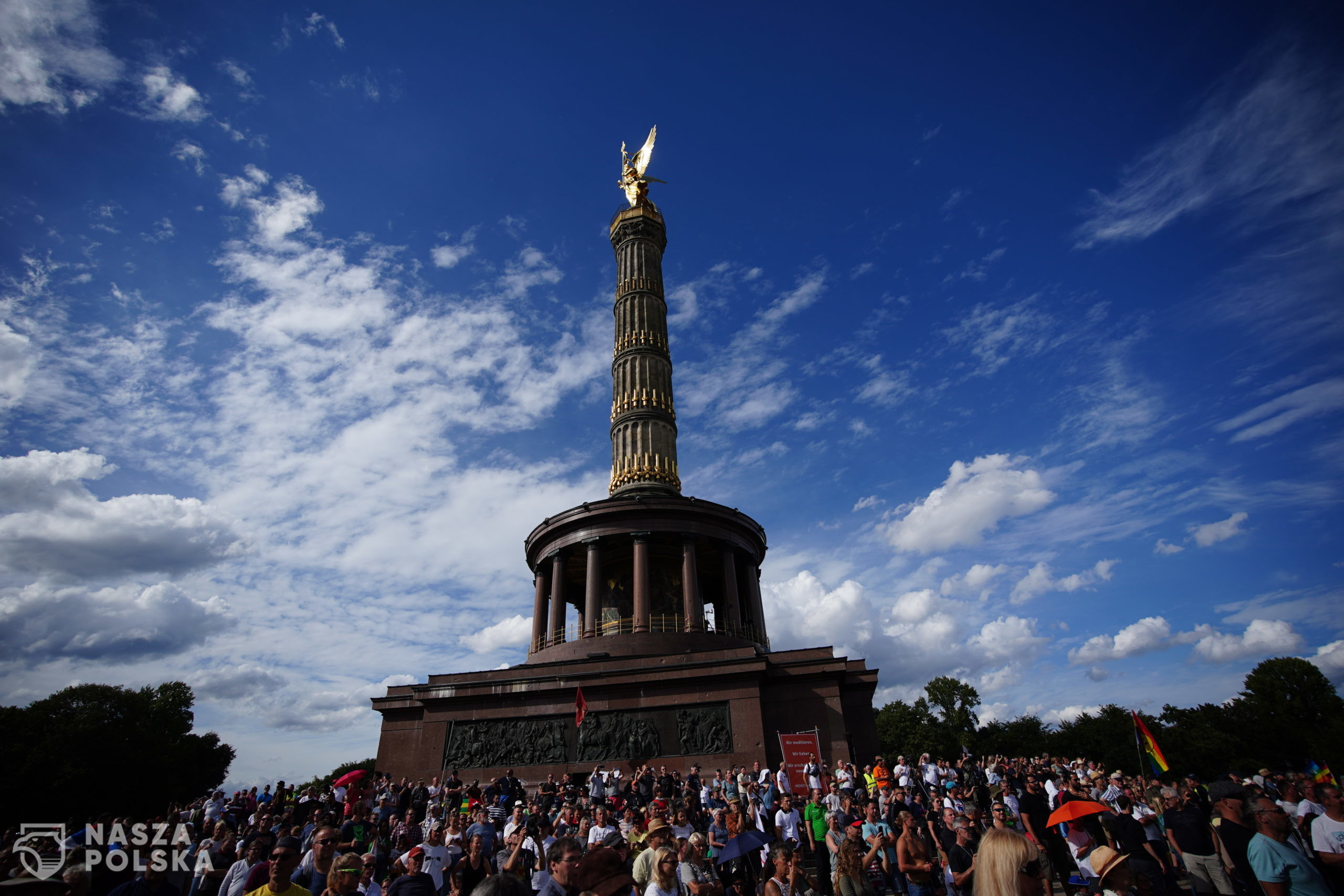 epa08633848 Demonstrators gather during a protest against coronavirus pandemic regulations in front of the Victory Column in Berlin, Germany, 29 August 2020. The initiative 'Querdenken 711' and an alliance of right wing groups have called to demonstrate against coronavirus regulations like face mask wearing, in Berlin. Meanwhile forbidden, Berlin administrative court and higher administrative court allowed the demonstration to take place under certain requirements. Police announced to stop the demonstration when conditions were not met.  EPA/CLEMENS BILAN  Dostawca: PAP/EPA.