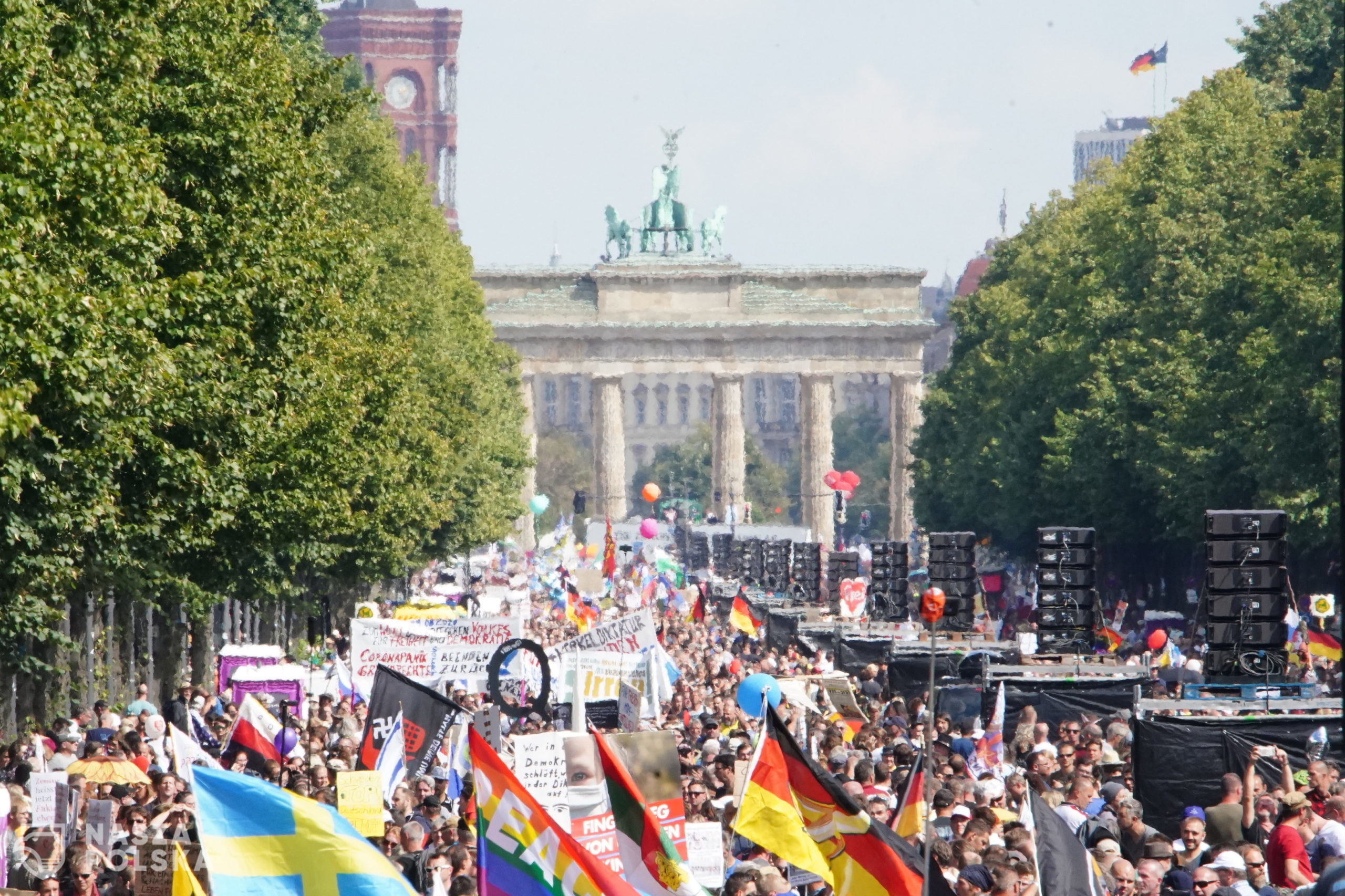 epa08633889 A general view of demonstrators during a protest against coronavirus pandemic regulations in front of Brandenburg Gate in Berlin, Germany, 29 August 2020. The initiative 'Querdenken 711' and an alliance of right wing groups have called to demonstrate against coronavirus regulations like face mask wearing, in Berlin. Meanwhile forbidden, Berlin administrative court and higher administrative court allowed the demonstration to take place under certain requirements. Police announced to stop the demonstration when conditions were not met.  EPA/CLEMENS BILAN  Dostawca: PAP/EPA.