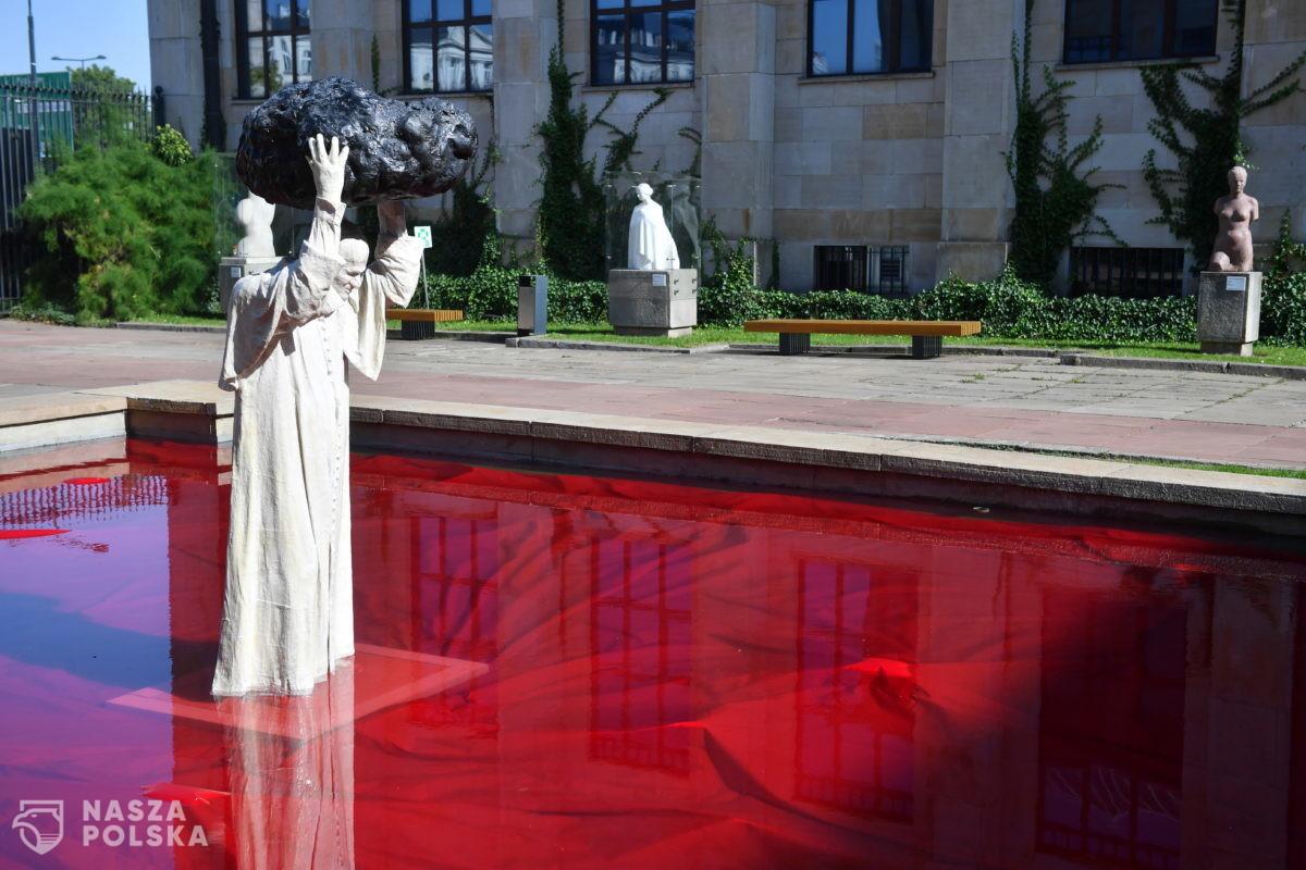 """Przed Muzeum Narodowym w Warszawie odsłonięto instalację Jerzego Kaliny """"Zatrute źródło"""""""
