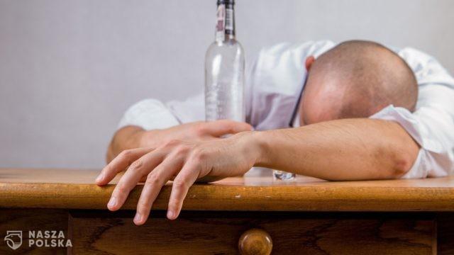 Przymusowe leczenie skazanego uzależnionego od alkoholu – zgodne z konstytucją