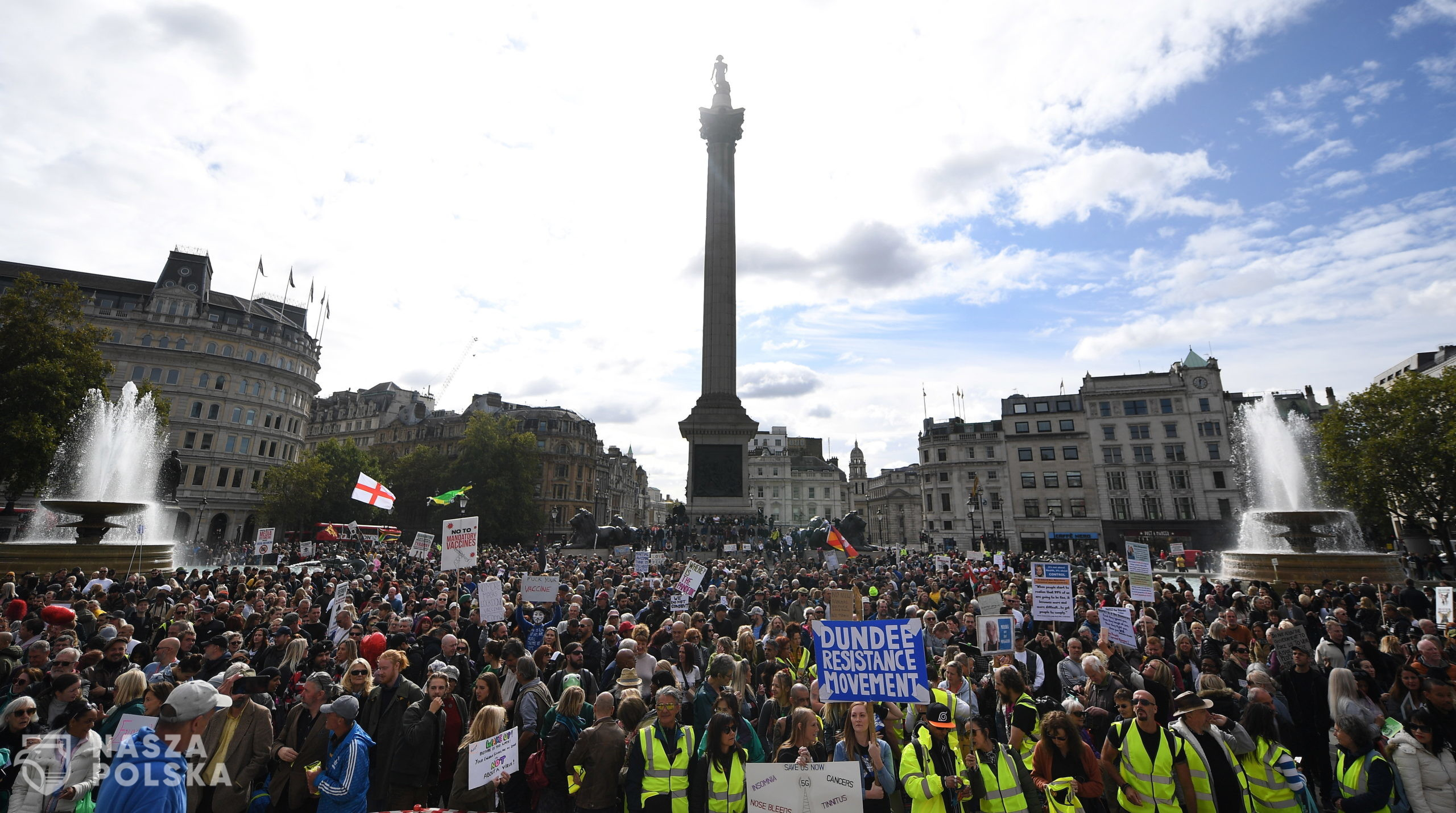 epa08698726 People attend a 'We Do Not Consent' rally at Trafalgar Square in London, Britain, 26 September 2020. Thousends of people gathered at a demonstration to protest against new coronavirus restrictions.  EPA/ANDY RAIN  Dostawca: PAP/EPA.