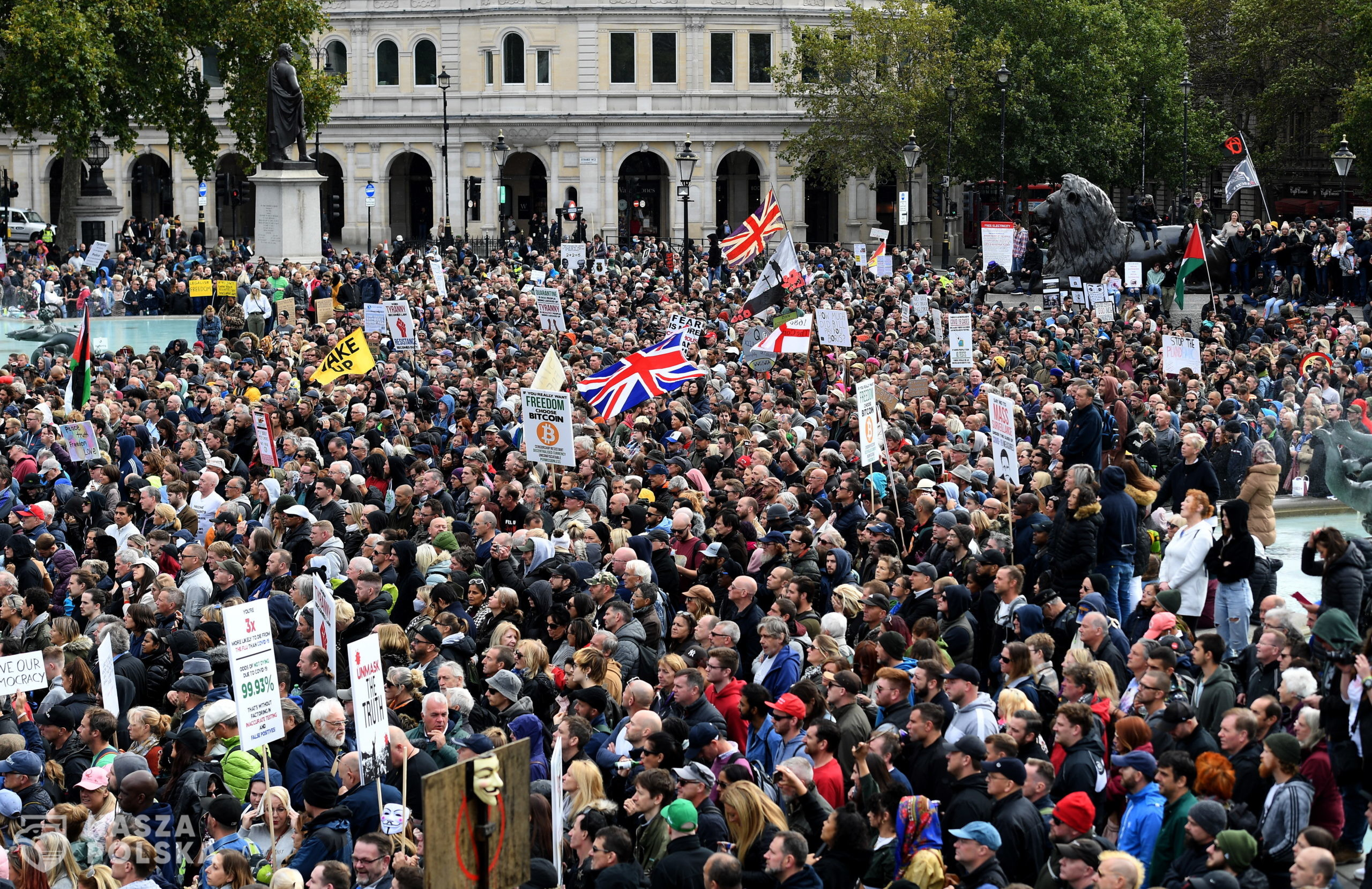 epa08698758 People attend a 'We Do Not Consent' rally at Trafalgar Square in London, Britain, 26 September 2020. Thousends of people gathered at a demonstration to protest against new coronavirus restrictions.  EPA/ANDY RAIN  Dostawca: PAP/EPA.