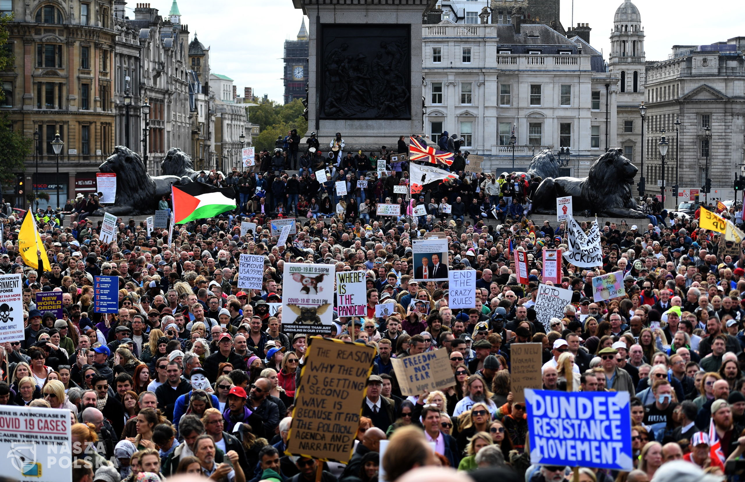 epa08698788 People attend a 'We Do Not Consent' rally at Trafalgar Square in London, Britain, 26 September 2020. Thousends of people gathered at a demonstration to protest against new coronavirus restrictions.  EPA/ANDY RAIN  Dostawca: PAP/EPA.