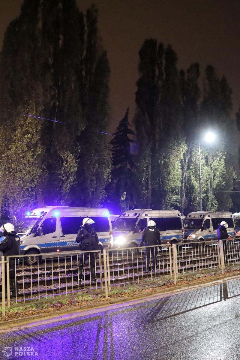 Policja: podczas piątkowego protestu po raz kolejny agresja wobec policjantów