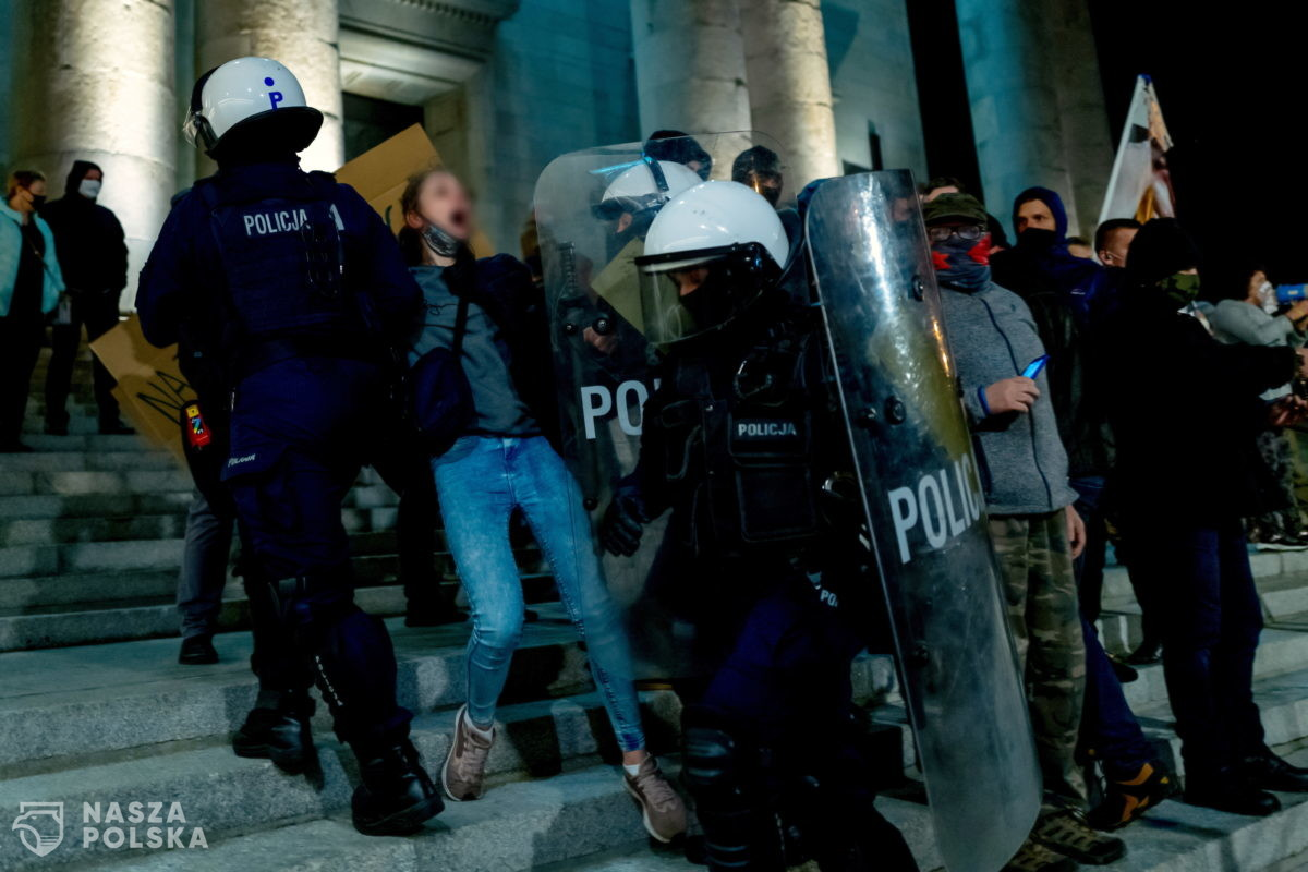 Prawnik: policja chce sobie przyznać uprawnienia do pałowania i zatrzymywania obywateli bez podstawy prawnej