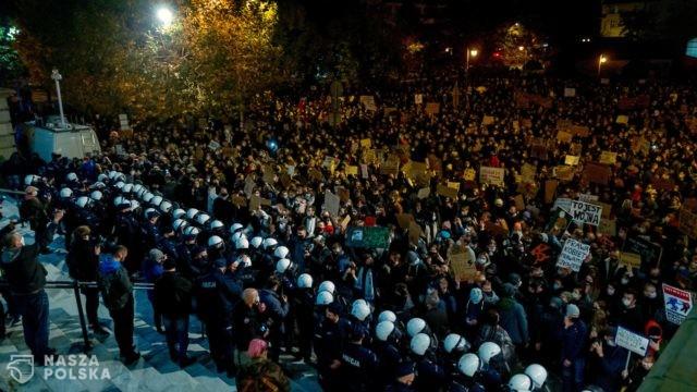 [ZDJĘCIA] Katowice/ Ok. 4 tys. osób protestowało ws. aborcji, doszło do starć z policją