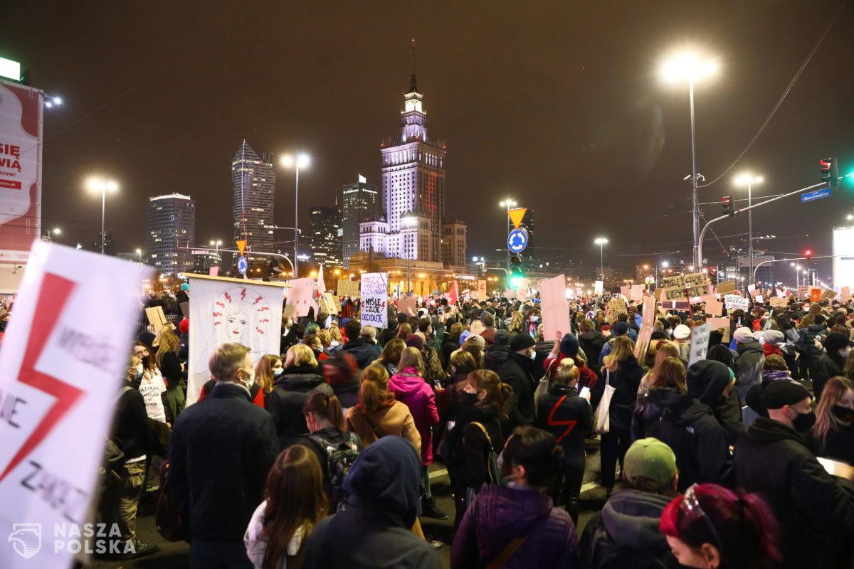 Tłum protestujących idzie pod dom Jarosława Kaczyńskiego