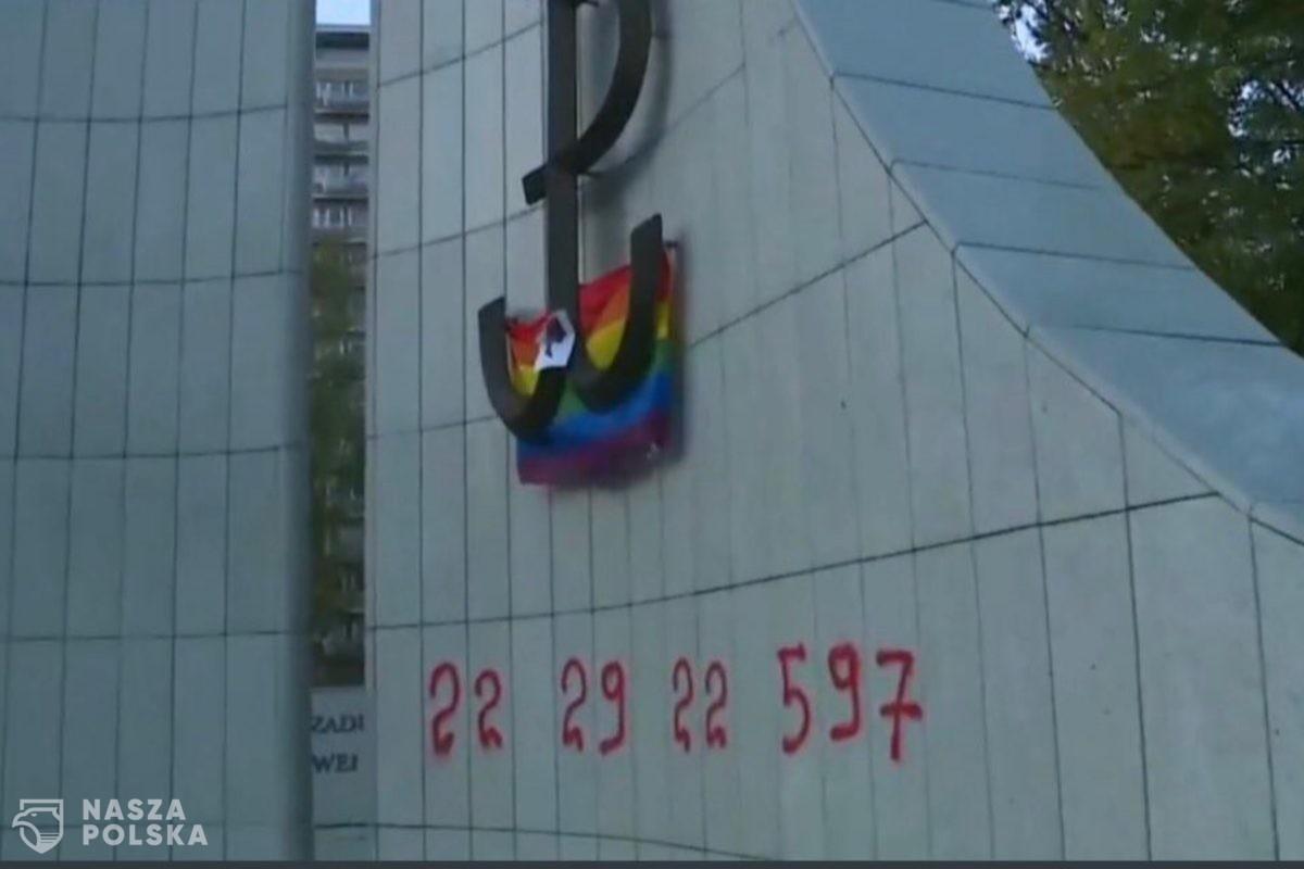 """Na pomniku AK przed Sejmem ktoś napisał numer """"Aborcji bez Granic"""""""
