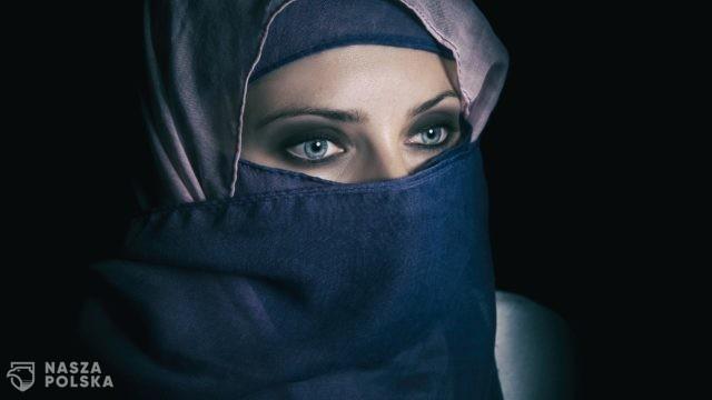 """Francuzi zapowiadają deportacje poligamistów i zakaz """"certyfikatów dziewictwa"""""""
