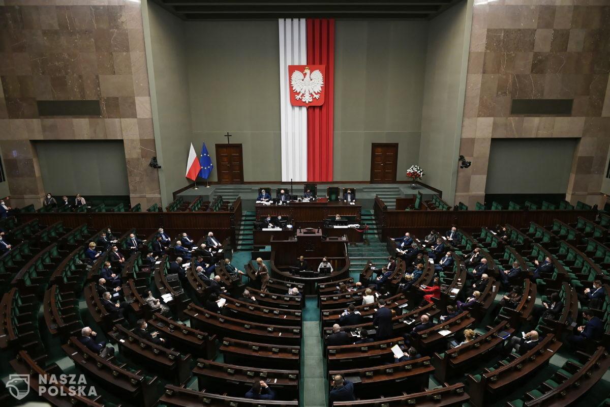 Polacy coraz bardziej związani z ugrupowaniem, na które zamierzają głosować