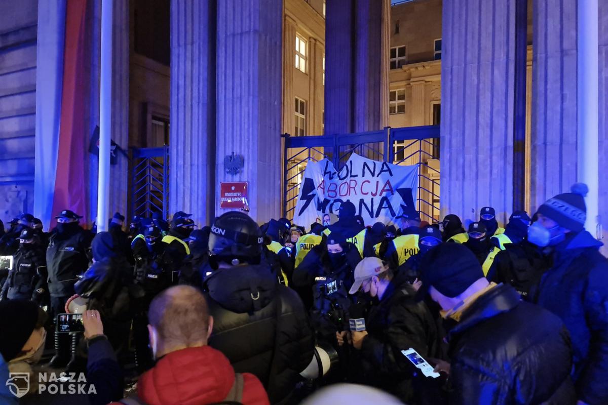 Policja usuwa protestujących spod MEN-u
