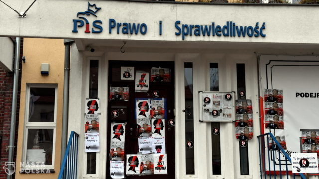 Plakaty na pomniku Lecha Kaczyńskiego