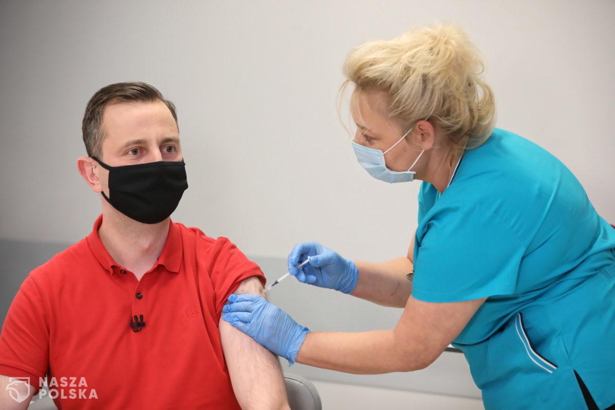 Czy politycy-lekarze szczepią się poza kolejnością?