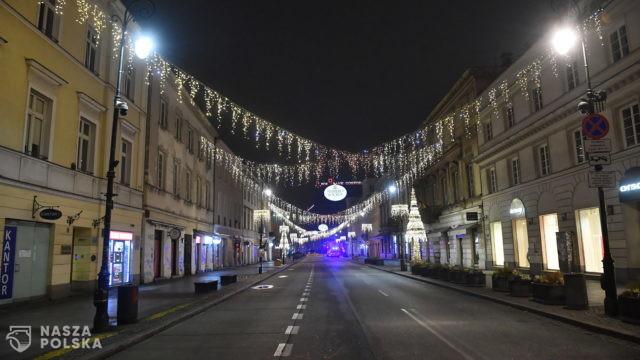Warszawa/ Wieczór sylwestrowy inny niż zwykle; puste ulice i dużo patroli policji