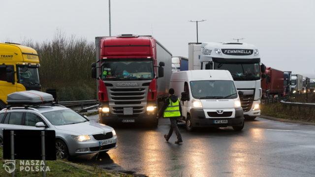 W. Brytania/ Przepychanki między kierowcami ciężarówek a policją w Dover
