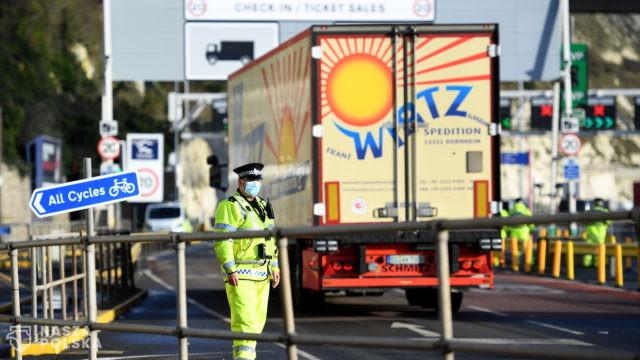 BBC: ponad 700 ciężarówek już opuściło Dover, ok. 5000 czeka na wyjazd