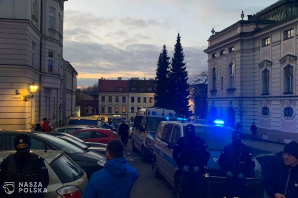 Kontrole sanepidu i policji w całym kraju w otwartych mimo obostrzeń lokalach