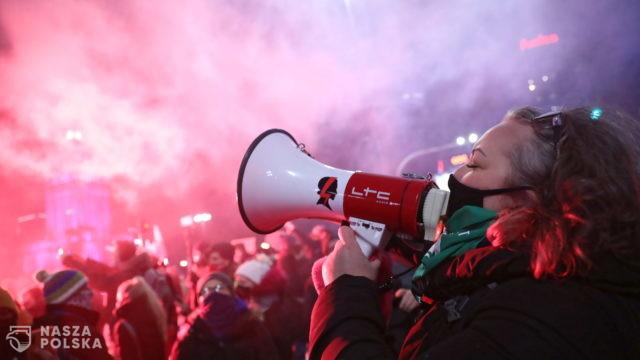 Warszawa/ Policja blokuje przemarsz protestujących w centrum miasta