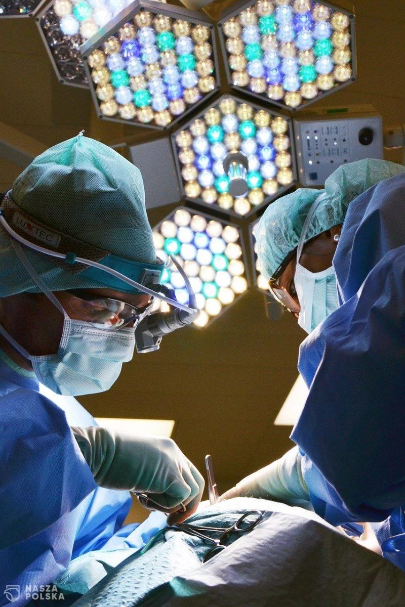 Lekarze wykonali u 14-latki operację guza mózgu z wybudzeniem podczas zabiegu