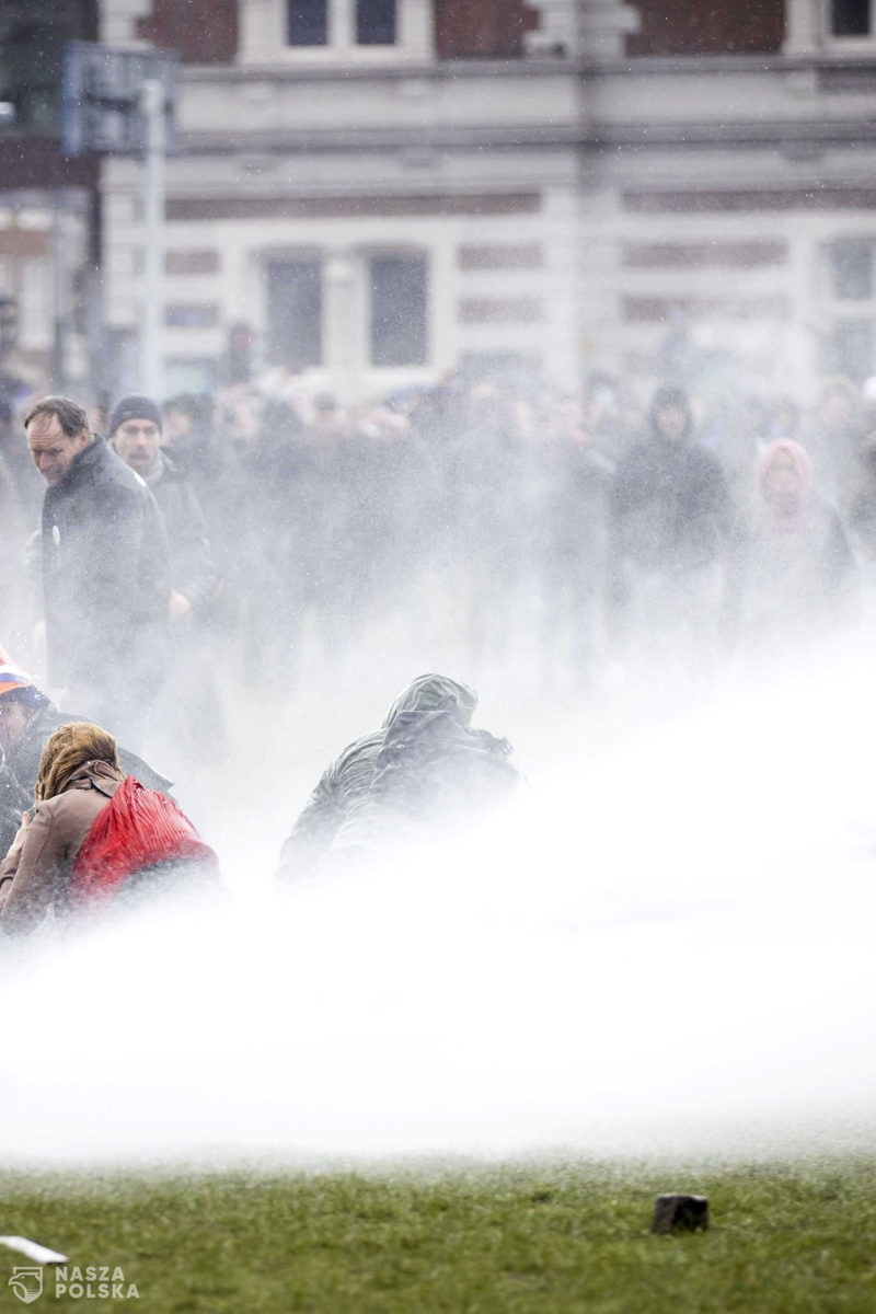 Holandia/ Policja użyła armatek wodnych i psów do tłumienia demonstracji przeciwko restrykcjom covidowym