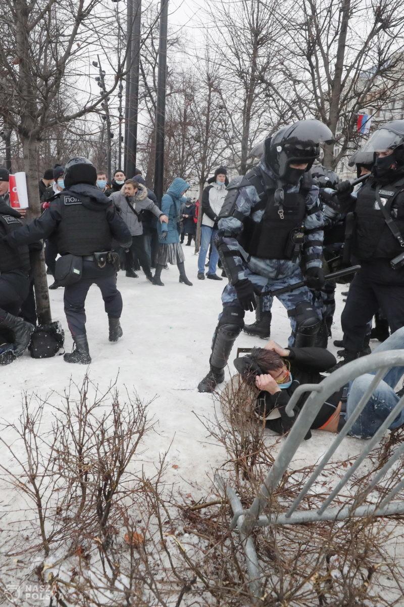 Około 20 zatrzymanych przed aresztem, gdzie jest Nawalny