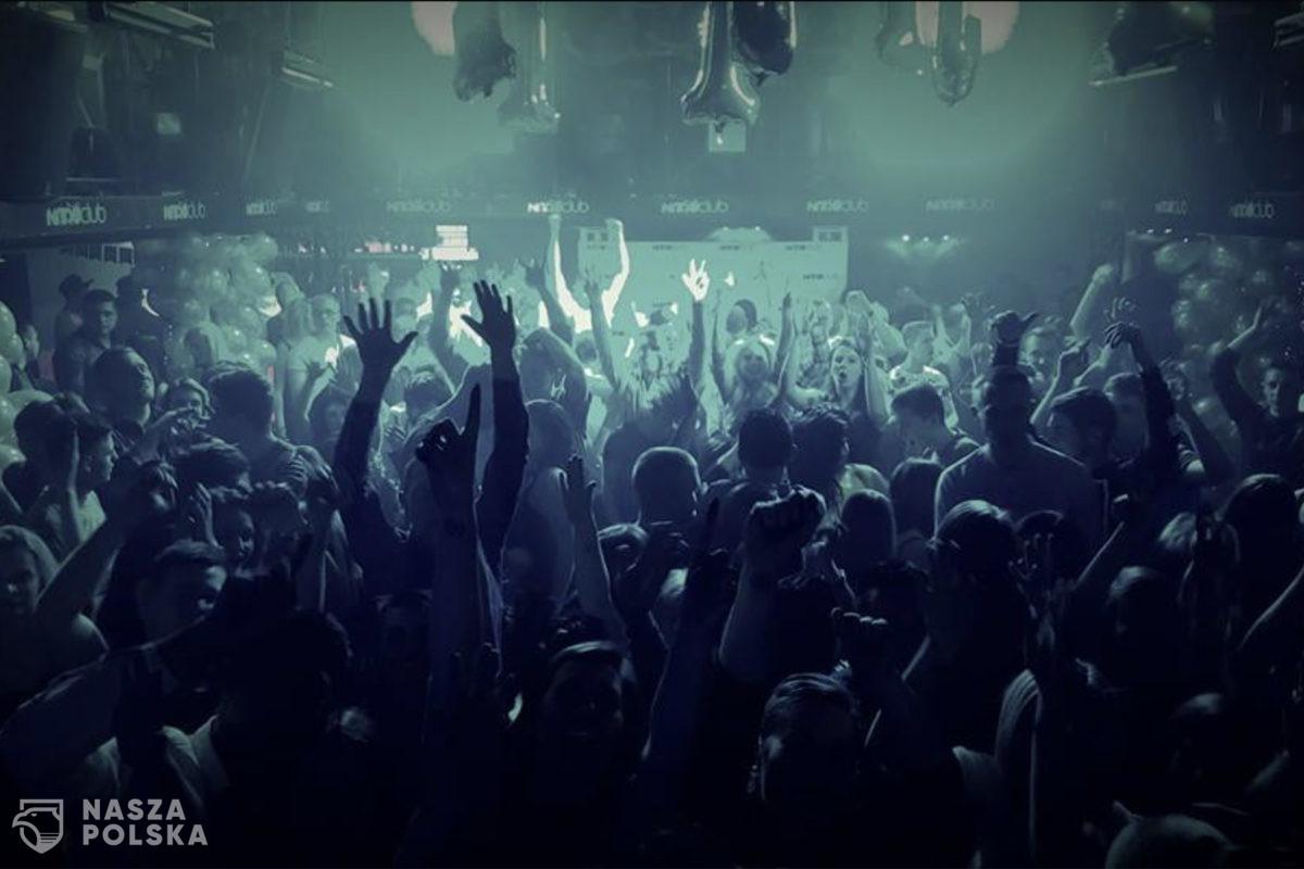 Kilkaset osób bawiło się bez masek w nyskim klubie. Policja nie interweniowała