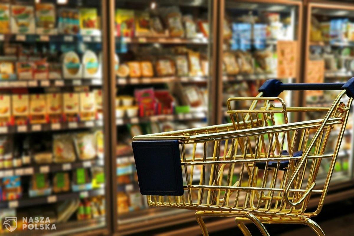 Żeby się nie zamykać, sklepy poszerzają ofertę o… napoje i karmę dla zwierząt