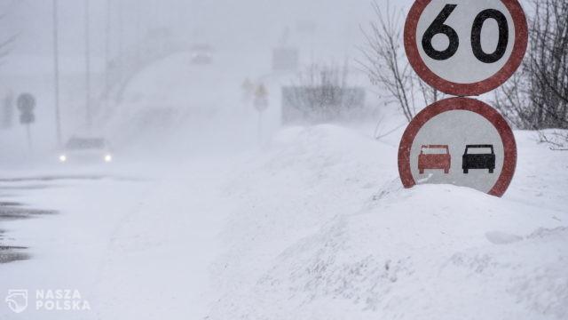 Opady śniegu i błoto pośniegowe utrudniają jazdę; drogi krajowe przejezdne