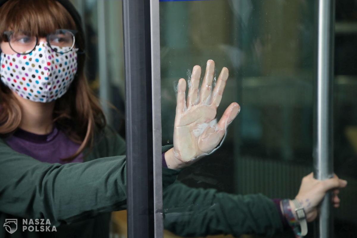 """Przykleiła się do drzwi Sejmu, bo… jest przeciwna rozmawianiu """"o pierdołach"""""""